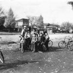 紙芝居のおじさんと子どもたち-1950年(昭和30年)11月28日 大学通りにて